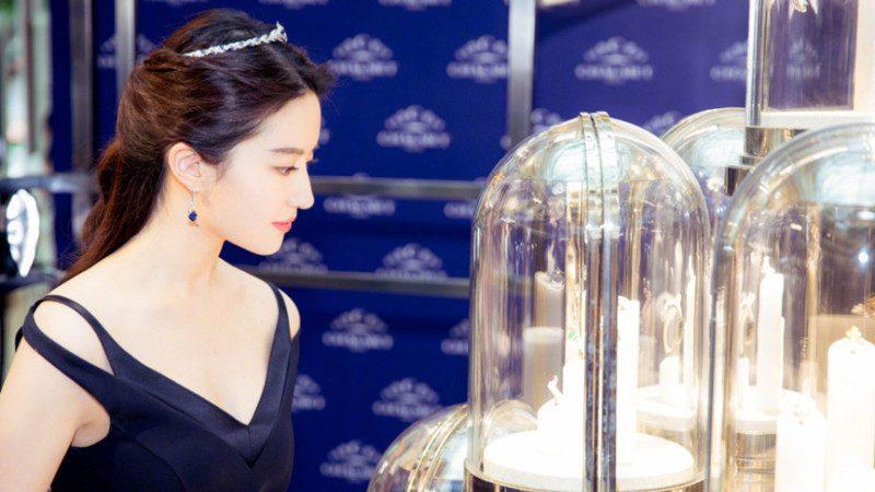 刘亦菲V领礼服秀身材 头戴发卡仙气十足