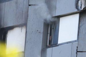 倫敦公寓暗夜竄惡火 住戶驚慌跳窗逃生
