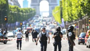 巴黎香街恐襲 男子駕車撞警車 有槍有炸彈(視頻)