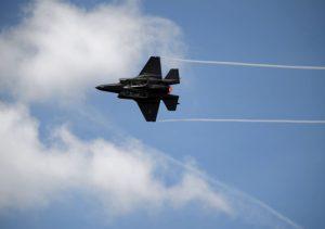 F-35战机炫目飞行表演 惊艳巴黎航空展(视频)
