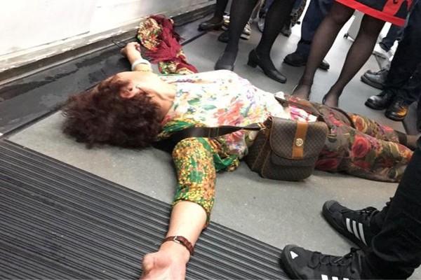 港航飞北京航班延误 中国大妈躺地抗议