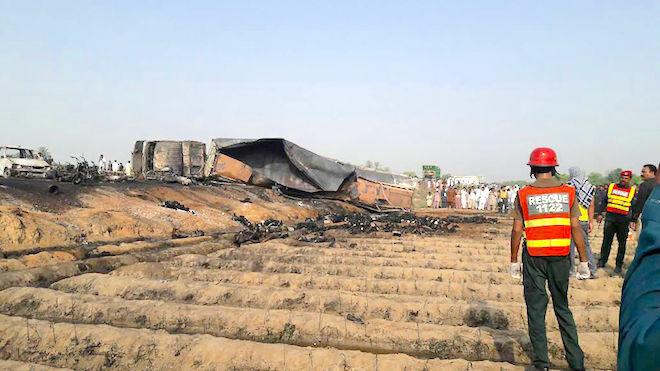 巴国油罐车翻覆起火 逾250死伤 焦尸遍地(慎入)