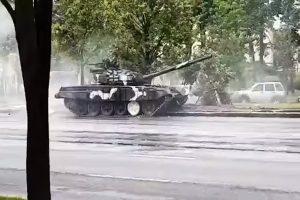 白俄罗斯阅兵预演,60吨坦克突然失控,上演街头甩尾撞电杆