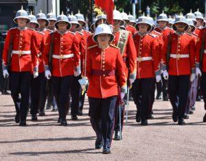 打破白金汉宫180年惯例 首位女队长率卫兵交接