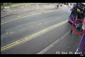 英男遭雙層巴士高速衝撞,眼看凶多吉少,他卻奇蹟僅受輕傷