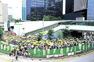习近平香港阅兵 记者入场禁带雨伞唇膏防晒乳