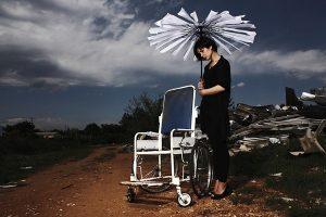 吸笑气成瘾 留美中国女生身体垮掉 坐轮椅回国