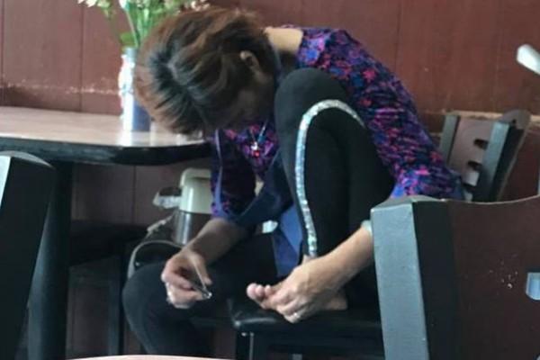 中國大媽在美國餐館剪腳指甲 網絡熱傳