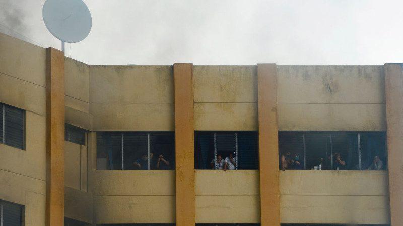 薩爾瓦多財政部大火 受困民眾跳樓逃生已知2死