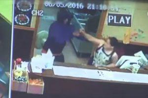 好险!华裔老板娘徒手夺枪 劫匪负伤逃跑(视频)