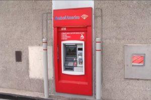好糗喔!被困「銅牆鐵壁」ATM 技師呼救3小時才脫困