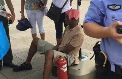 人生首次!非洲男到北京避暑 遊天安門中暑