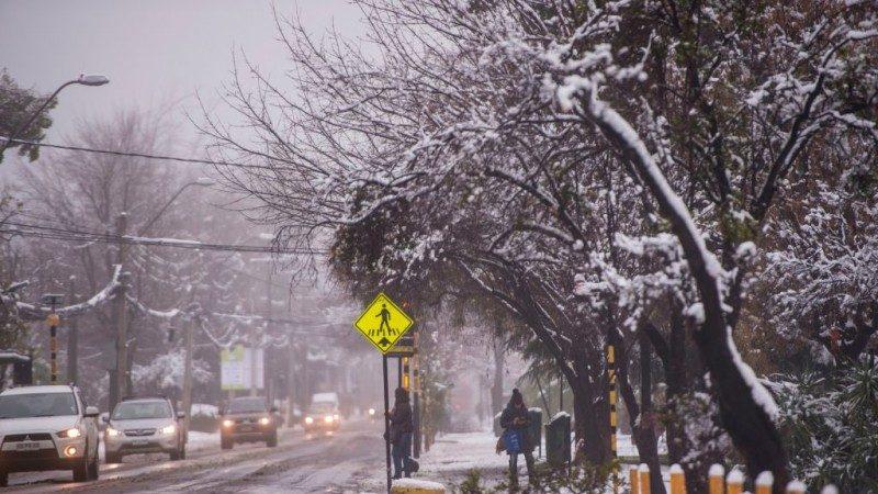 智利首都罕见暴风雪 1死2伤逾25万人无电可用