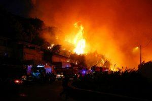 法南多处林火烈焰冲天 居民被迫撤离