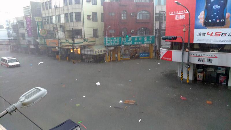尼莎笼罩半个台湾 屏东雷雨狂轰猛炸多地淹水
