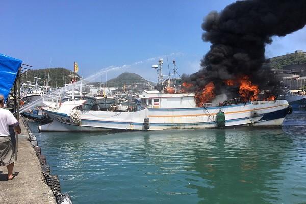 南方澳渔船突起火 浓烟直窜天际 船只遭火噬殆尽