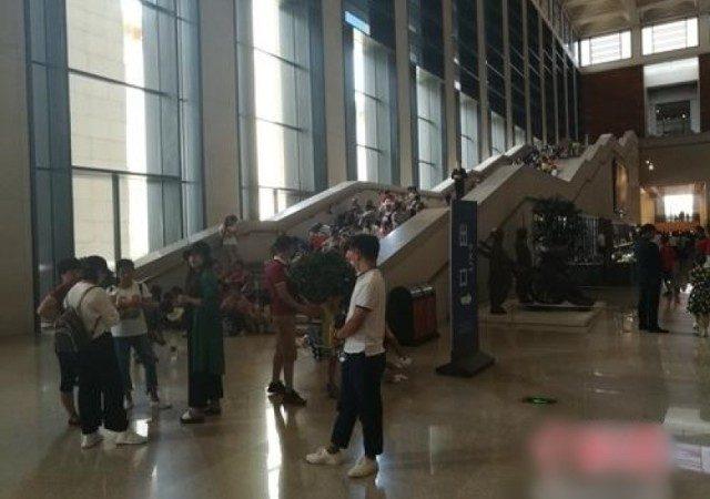 """脱鞋、吃喝  北京市民为避暑""""占领""""博物馆"""