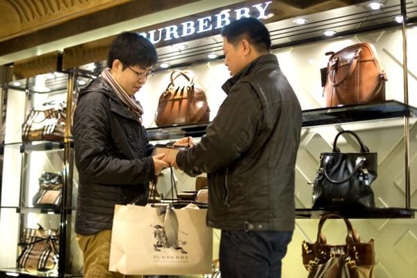 中国银行卡境外消费再设限 1000元以上需上报信息