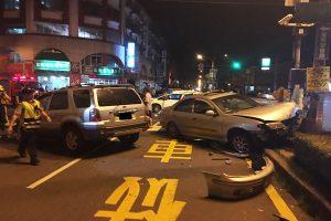 台女驾驶撞车未停再撞2辆车 一家3人惨死另7人伤