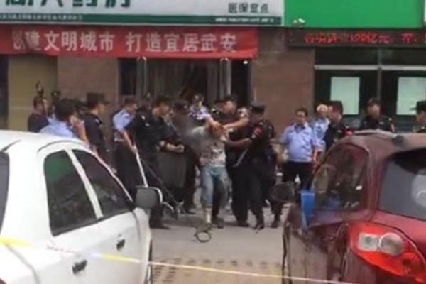 河北男子超市门前持刀砍人 已3死3重伤