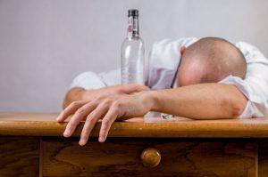 重庆男子喝假酒中毒 医生灌白酒治疗