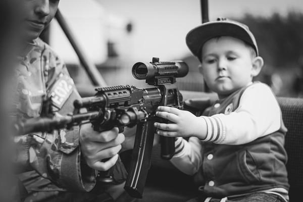 """惨剧!拿真枪玩""""警察抓小偷""""游戏 美10岁男童""""枪毙""""了亲哥"""