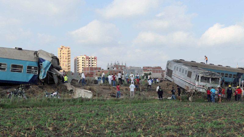 疑变轨错误 埃及火车相撞158人死伤
