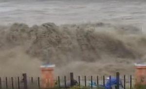 实拍视频:洪水来袭,这些人还在看热闹,注意0.39秒,一人被瞬间卷走!