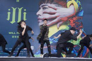 潘玮柏台北签唱会 上千歌迷挤爆现场