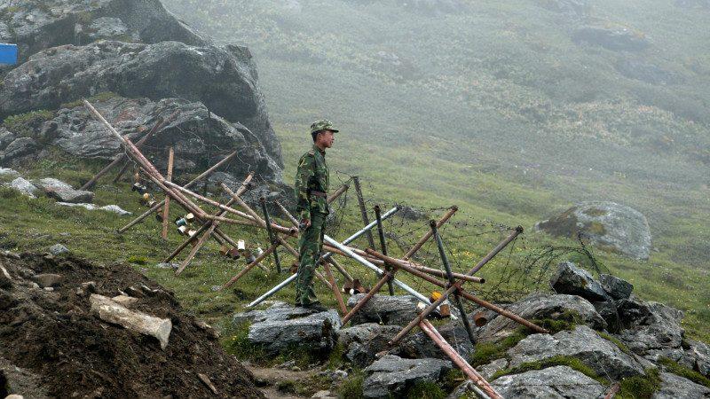 中印班公湖冲突细节:铁棍石头混战 拉横幅警告