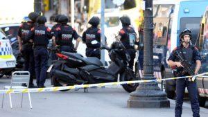 巴塞罗那恐攻 厢型车Z型全速冲撞 警30秒倾巢而出
