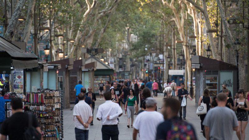 民众寻庇护 让不让进?巴塞罗那酒客大打出手
