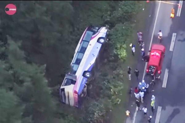 日本北海道观光巴士翻覆 约20人受伤