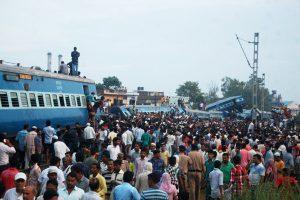 印度列車出軌致上百人死傷  肇因軌道遭刀鋸切斷