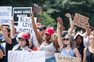 部分右翼分子波士顿集会 遭4万反对者围堵