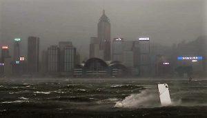 台风天鸽正面袭港 警戒10信号 逢大潮现海水倒灌