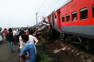 印度列车撞卡车9节车厢出轨 至少70人伤