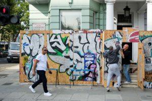 如临大敌!伦敦嘉年华备战 店家门前钉隔板防人潮