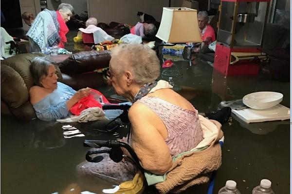 飓风哈维横扫德州 一群老奶奶泡在水中等待救援照片热传