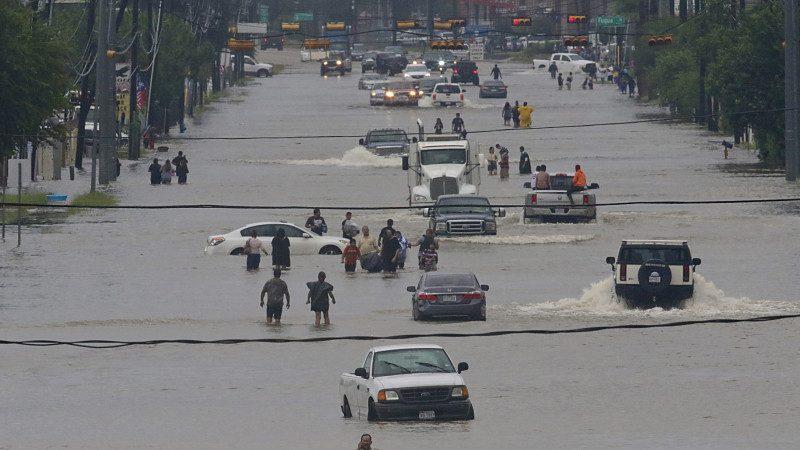 休斯頓暴雨傾盆 中國城多輛車水中拋錨