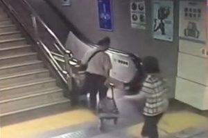 深圳地铁扶梯盖板也吃人 女子踏空险酿祸(视频)