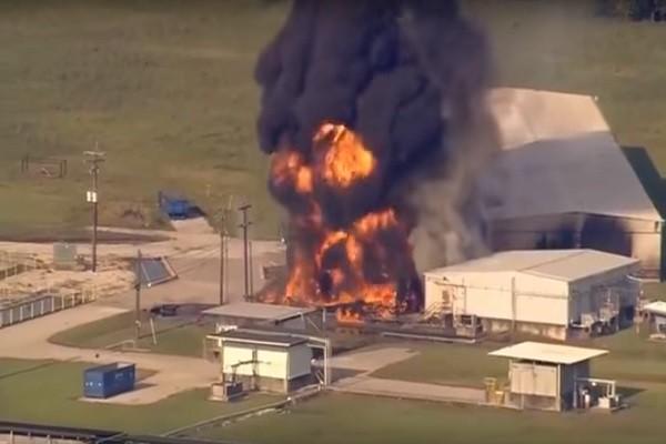 德州化工厂再爆炸黑烟翻腾 厂区主管:只能等待烧光(视频)