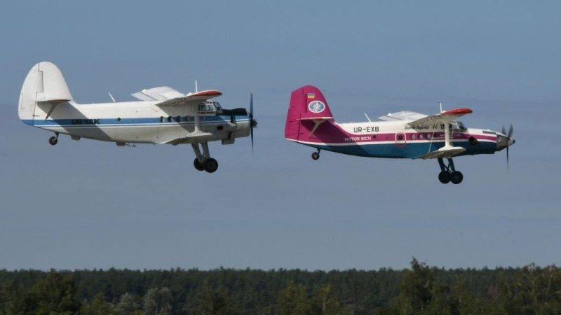 俄70年老飞机花式表演 突然失事坠毁2死