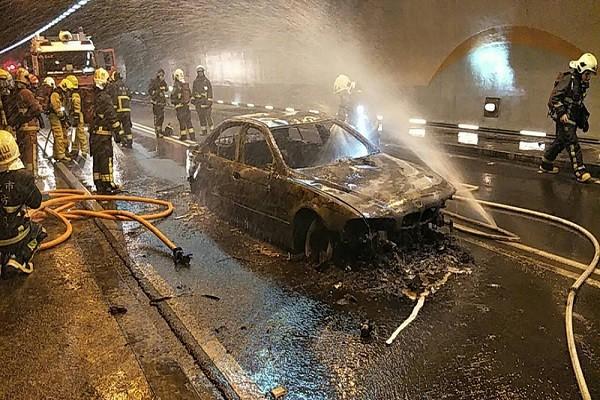 雪山隧道百萬名車爆胎起火 雙向封閉2小時4乘客逃生