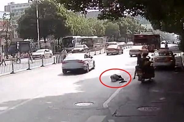 湖南老翁摔倒22車無反應 警車亦繞行無視