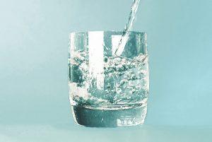 吃飯時喝水可避免吃太多 助消化又減重