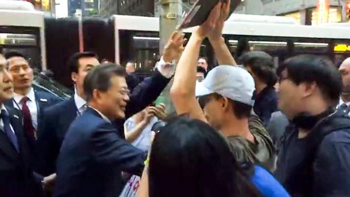 文在寅遭遇紐約大塞車 步行途中與路邊韓僑互動