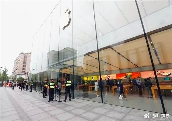 iPhone 8中国开售首日 保安们竟然在忙这事儿?