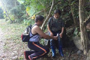 一路陡坡!尋獲中國女遊客 搜救人員護送下山