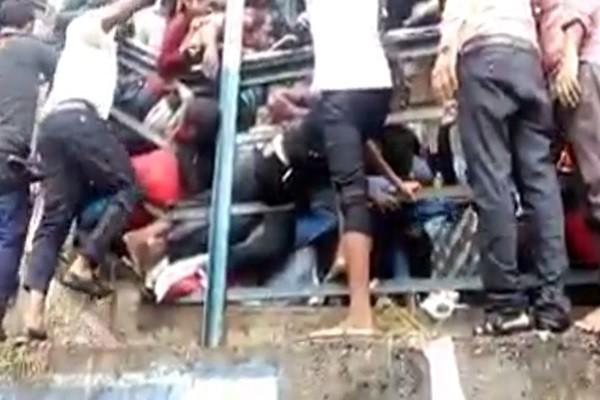 傳橋要塌了!印度孟買火車站引踩踏慘劇 22死30多人傷